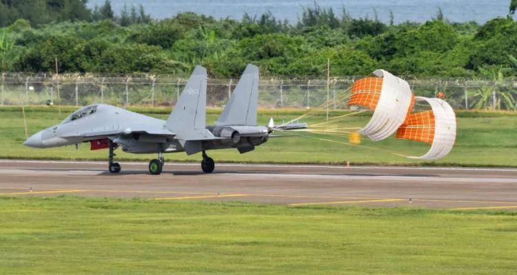 Il nuovo velivolo da attacco elettronico cinese J-16D